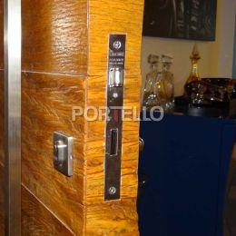 porta pivotante madeira demolicao batente ebano detalhe fechadura